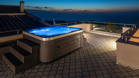 Outdoor Rooftop Hot-tub